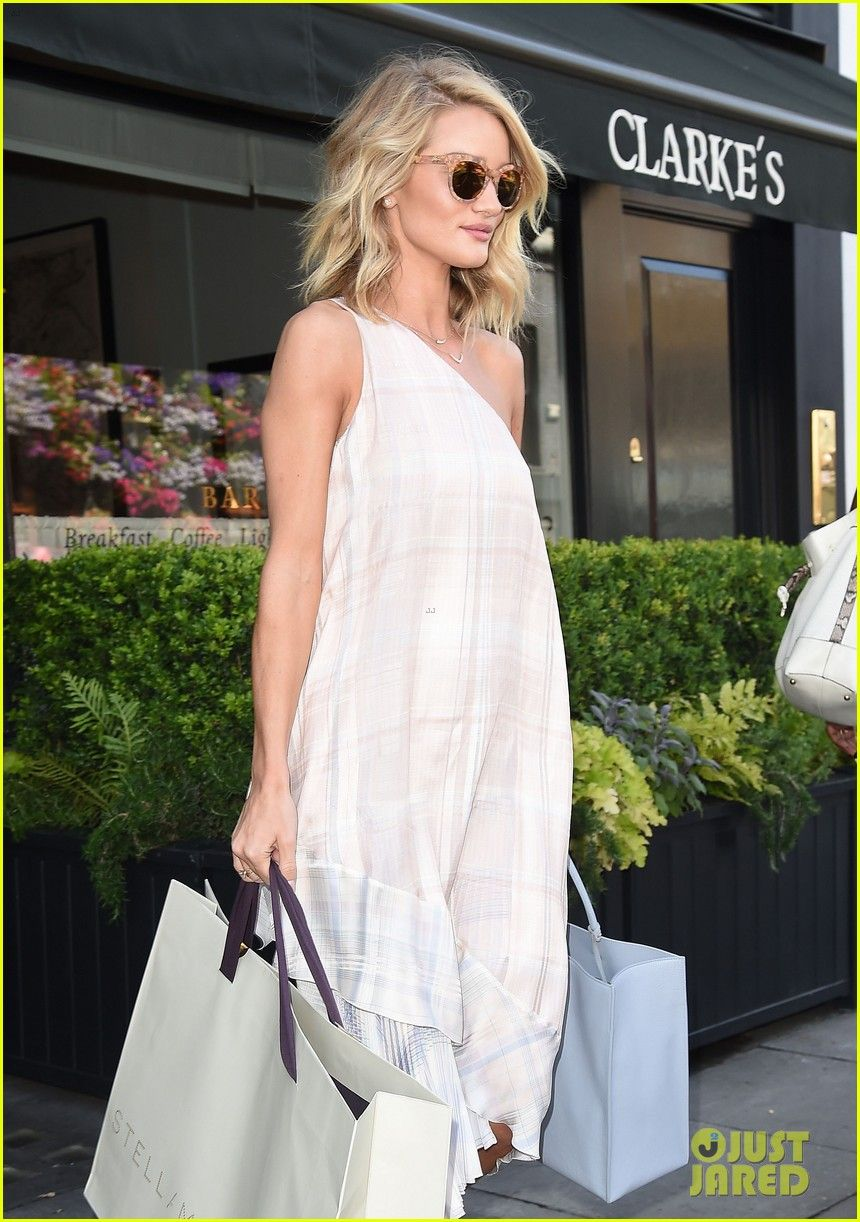 Rosie Huntington-Whiteley Watches Serena Williams Win Wimbledon ...