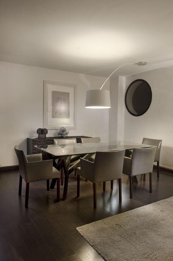 La zona pranzo del salone valorizzata dalla twiggy soffitto che riprendendo l 39 elemento della for Lampadari da sala da pranzo