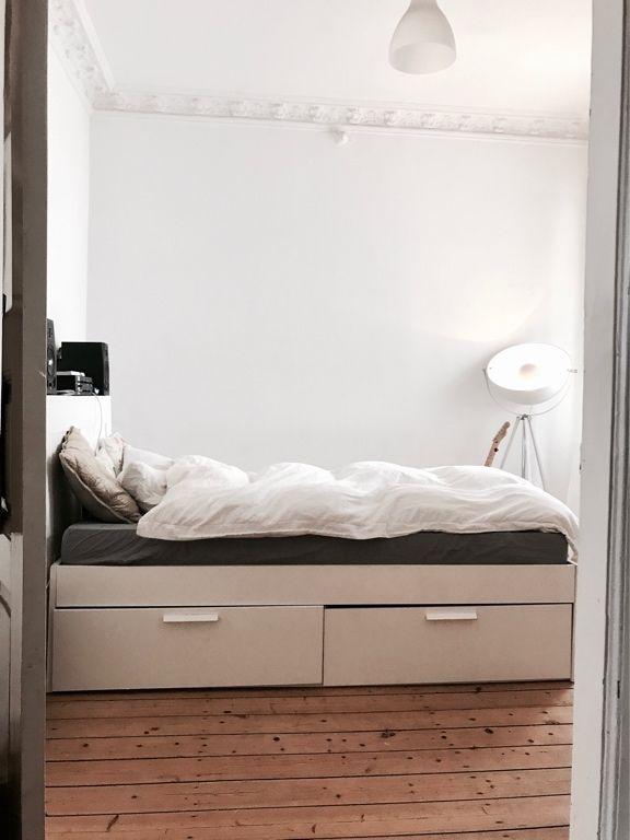 Blick Ins Gemütliche Schlafzimmer Mit Holzdielenboden Flauschiger