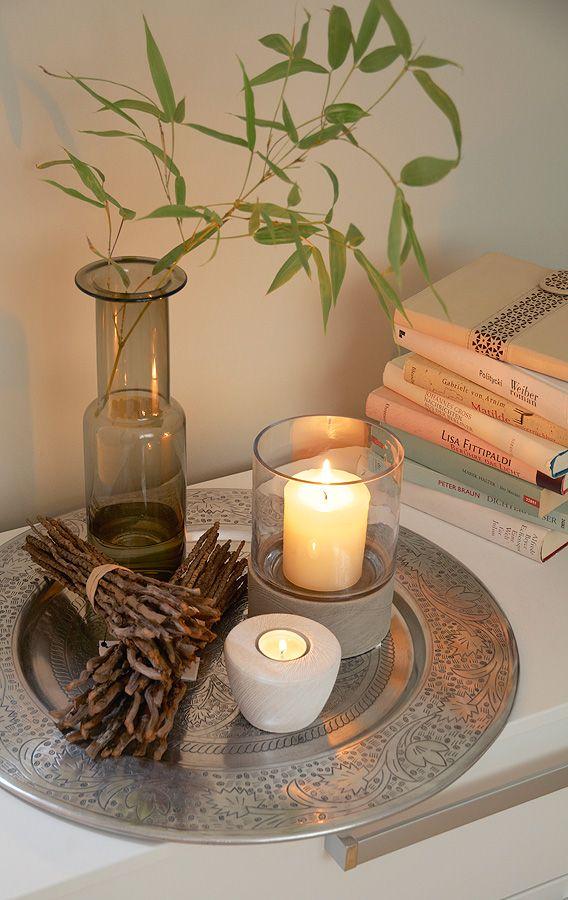 deko aus naturmaterial und kerzen – sand und warmes licht schaffen,