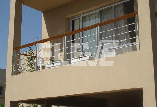 Baranda de balc n de hierro pintado con pasamano de madera Balcones madera exterior