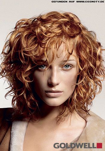 Wild Gelockter Stufen Bob In Rot Blond Frisuren Pinterest