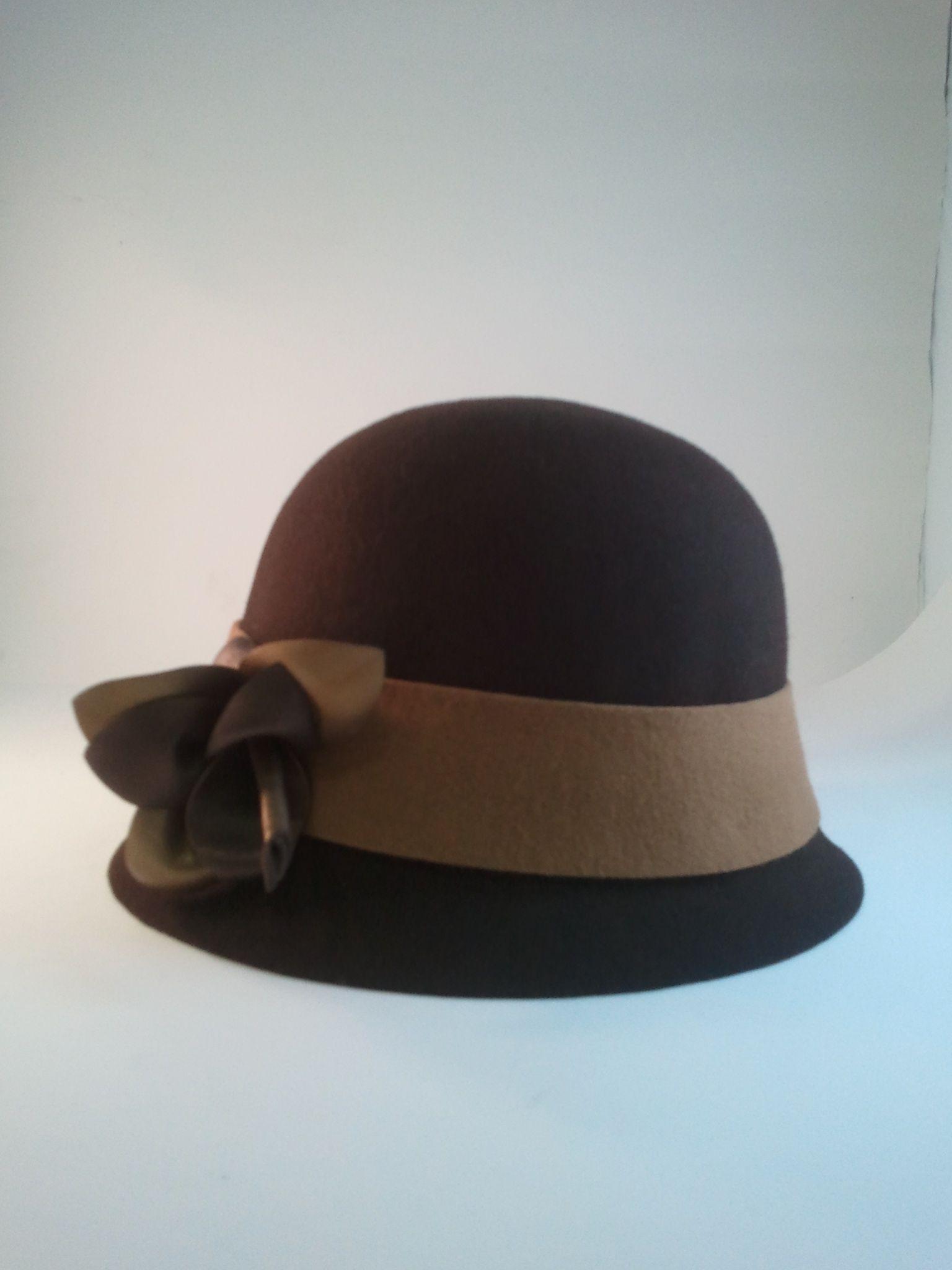 El sombrero cloché es una prenda robada al estilo masculino por las mujeres de los años 20. Tiene un diseño muy clásico cuya elegancia nunca ha pasado de moda al tiempo que es símbolo de la corriente progresista y de la mujer transgresora.