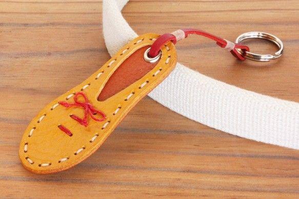 上質なイタリアンレザーをもちいた「靴型キーホルダー」です。こちらのカラーは以下の構成です。 ○アッパー … イエロー ○ソール  &hellip... ハンドメイド、手作り、手仕事品の通販・販売・購入ならCreema。