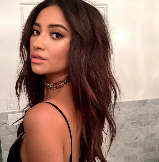 Lemme Holla At You Shay Mitchell Hair Hair Styles Shay Mitchell
