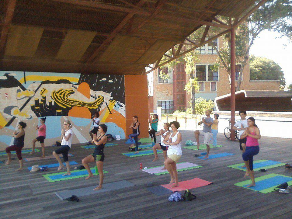 Todo dia tem aula aberta de yoga na Praça Victor Civita