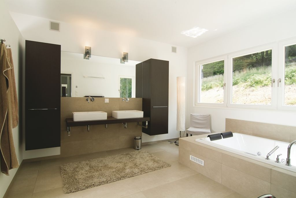 gro es badezimmer mit sandfarbenen fliesen bad und. Black Bedroom Furniture Sets. Home Design Ideas