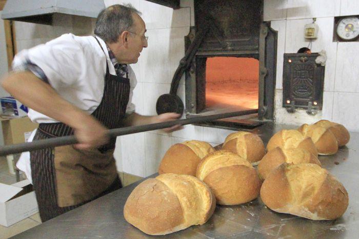 El pan toma color en el horno de le a ubicado en cretas - Hacer pan horno de lena ...
