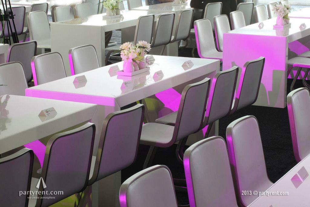 Brugtafels St. Tropez met designstoelen Jo vormen de basis voor het 'bedrijfsfeest in Wit'