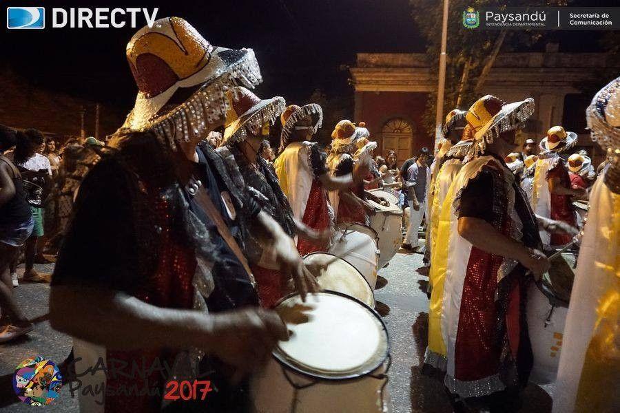 """En el barrio sur al son de tambores realizan """"el entierro del carnaval"""""""