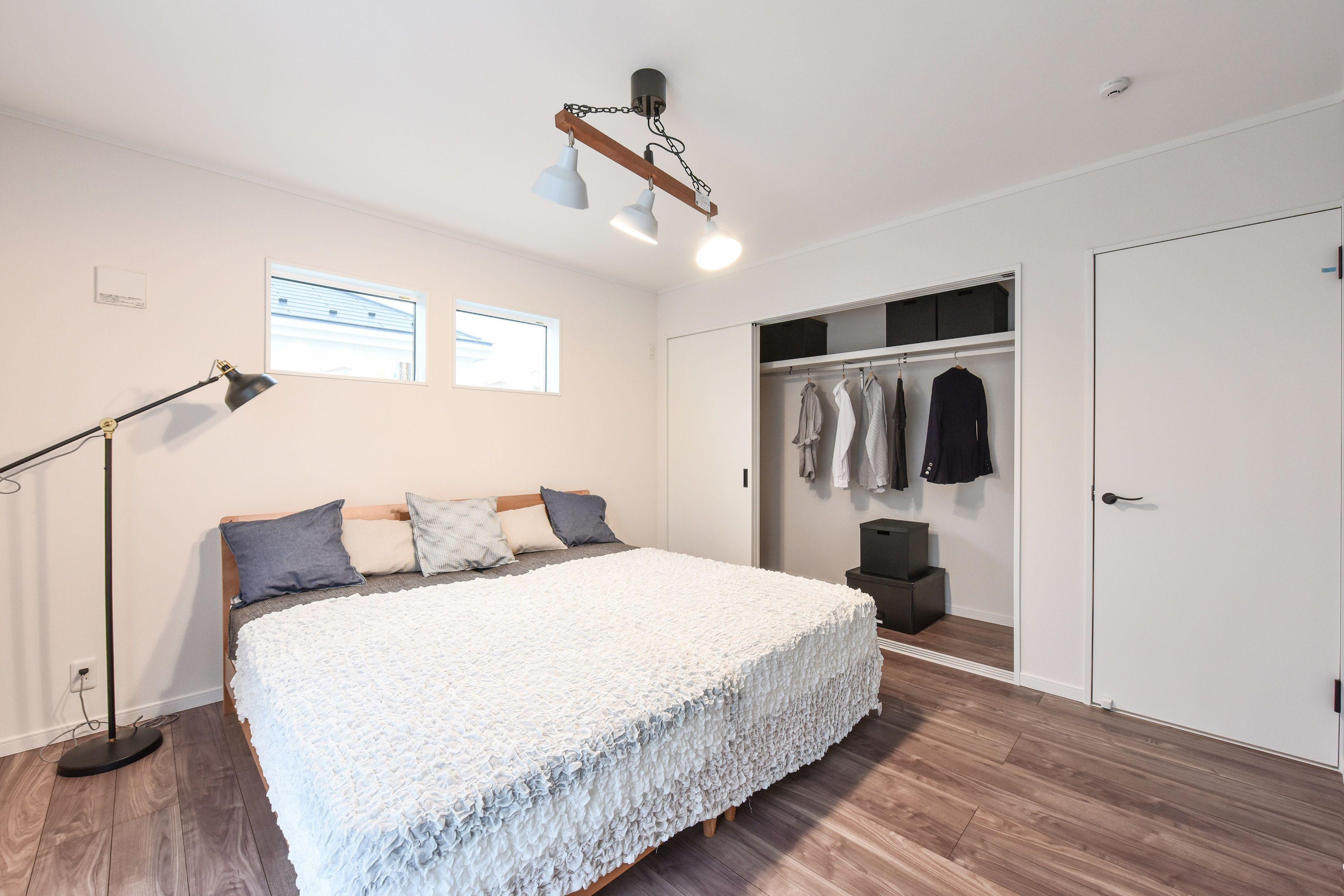 たっぷり収納で広々主寝室 主寝室の広さも 収納の形も思い通りに ホワイトインテリアでまとめ すっきりとした空間に ローコスト 注文 住宅 寝室 ローコスト住宅
