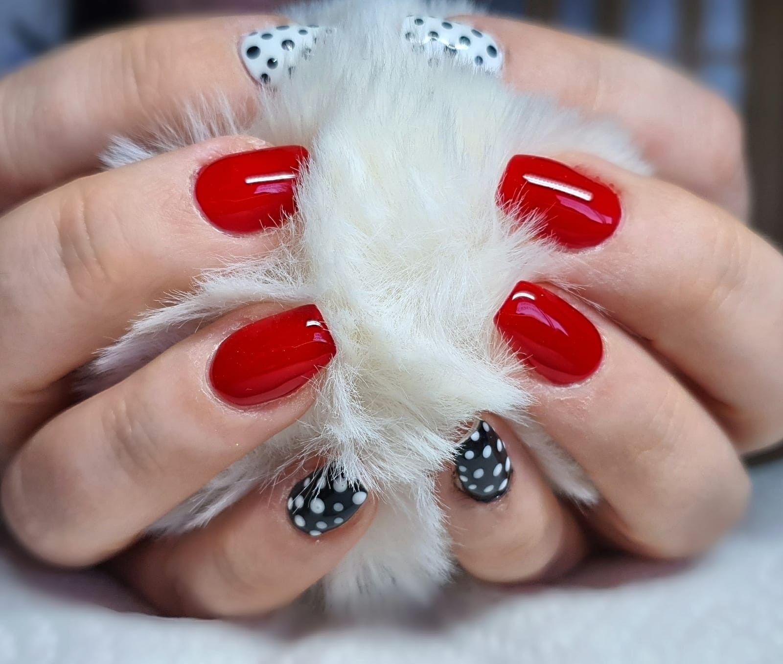 Nageldesign rot schwarz weiß Pünktchen   Nägel rot, Nägel, Nageldesign