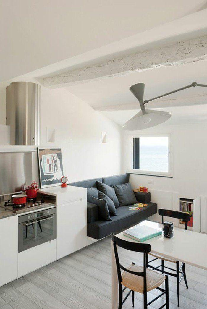 Ein Graues Sofa Mit Grauen Kissen Weisse Wandfarbe Kleine Raume Einrichten Im Altbau Dachwohnung Wohnzimmer Einrichten Kleines Wohnzimmer Einrichten Wohnen