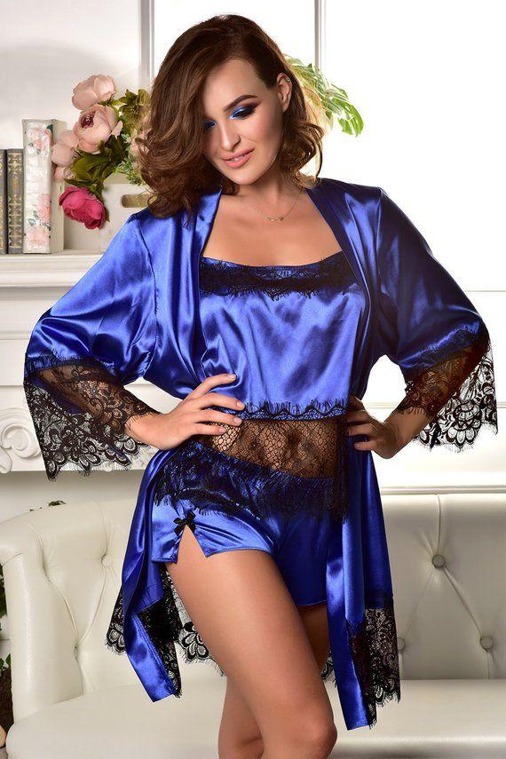 dedb5c6692 Deze geweldige set van pyjama en Kamerjas is gemaakt van royal blue stretch  satijn. De mouwen en de zoom van de sexy korte kant gewaad