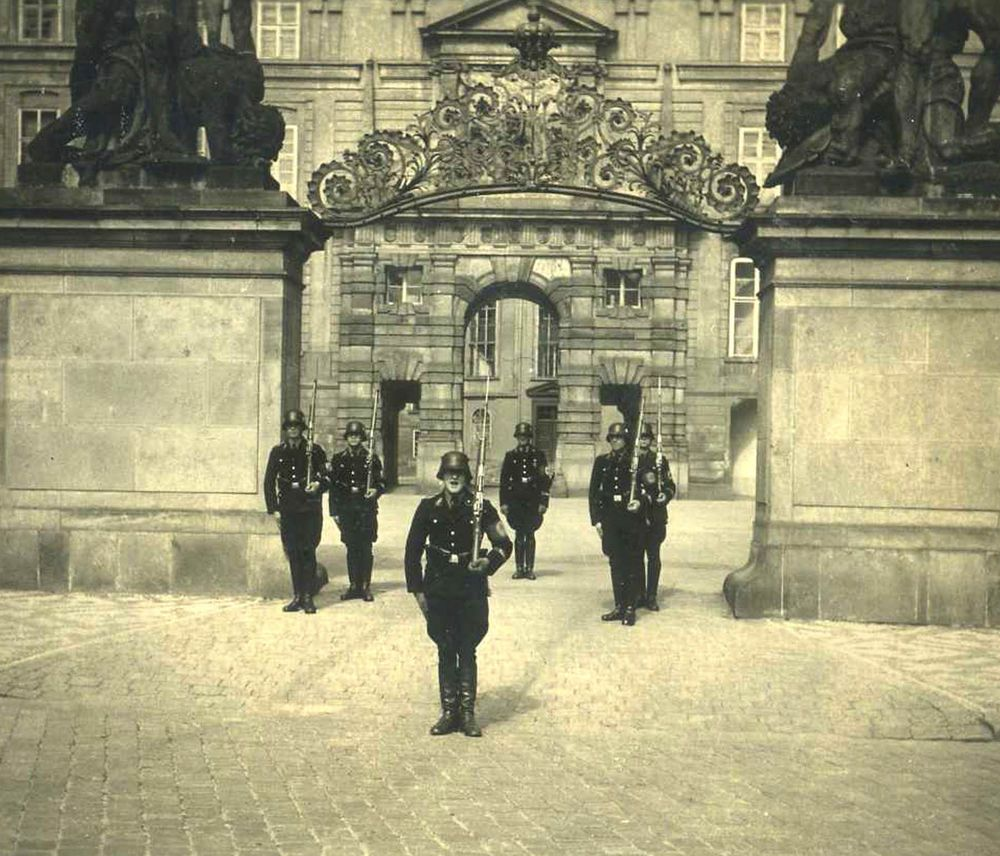 orig. WK2 FOTO - ELITE WACHMANNSCHAFT AUF DER BURG IN PRAG - BLACK KORPS