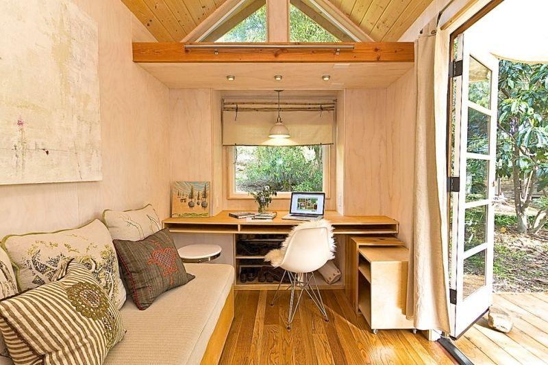 gartenhaus in ein arbeitszimmer verwandeln mit palettensofa und kleinem schreibtisch. Black Bedroom Furniture Sets. Home Design Ideas