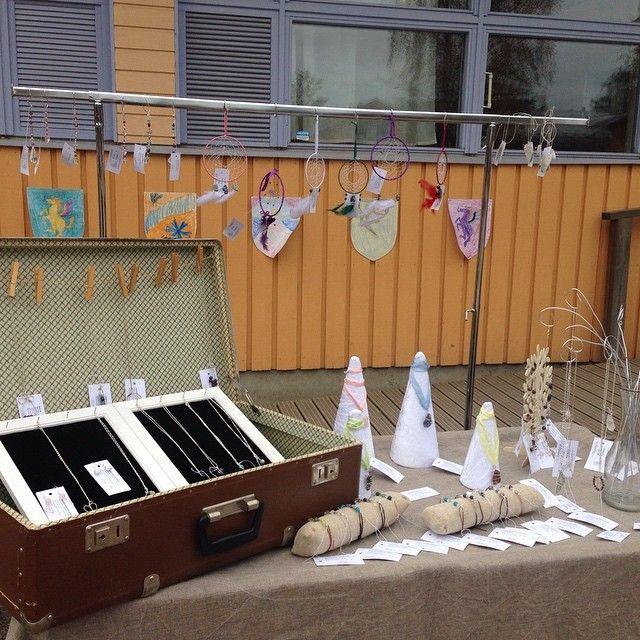 #Keskiaikamarkkinat Vantaan Steinerkoulussa valmina myymään #kristallikorut #kristalli #rannekoru #kaulakoru #korvarengas #raakakristalli #unisieppari #aurinkosieppari #heijastin