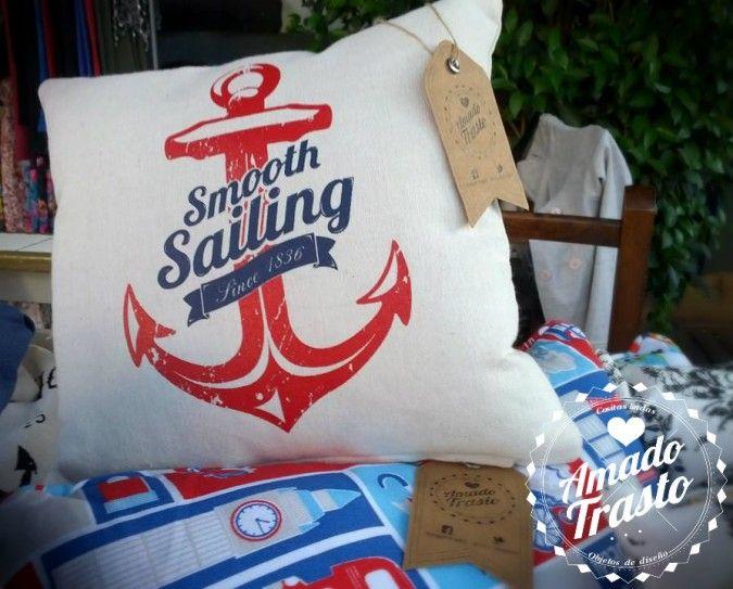 Almohadón de 30x30cm. Estampado con serigrafía, funda lavable, con cierre y relleno de vellón siliconado. La tela es Gabardina color crudo, con estampa en rojo y azul marino, con motivos navales.
