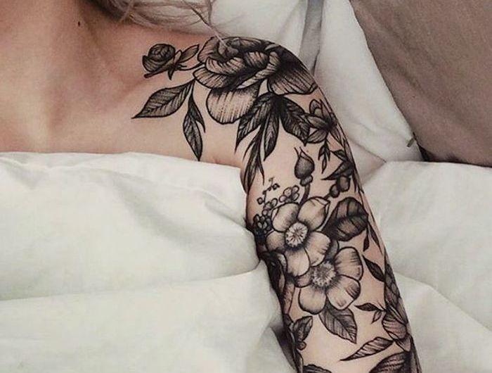 Oberarm frau blumenranke tattoo Blumenranken Tattoo