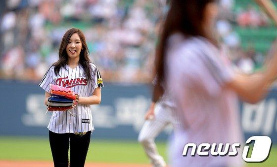 130827+taeyeon+and+seohyun+at+lg+twins+and+nexen+heroes+baseball+game+jamsil+stadium+(2).jpg (560×339)