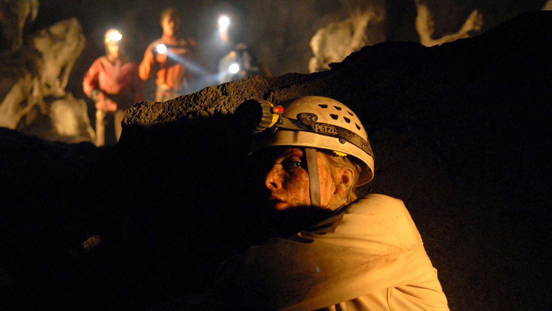 Rescapee De L Expedition Speleologique De The Descent Sarah Emerge Seule Des Grottes Des Appalaches Full Movies Online Free Free Movies Online Full Movies