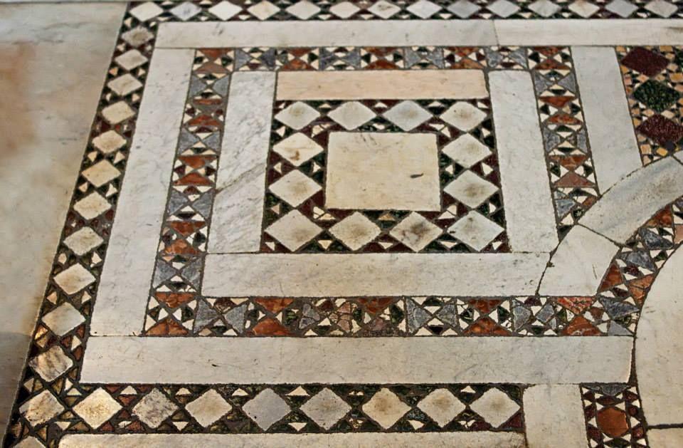 Pavimento cosmatesco del xii sec. tra la navata centrale della
