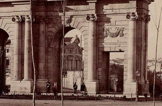 Palacio de Portugalete a través de la Puerta de Alcalá, 1870.