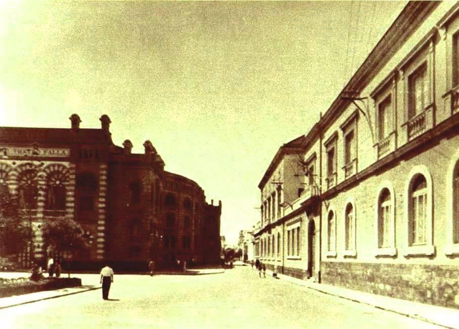 Plaza de Fragela, con el Falla a la izquierda y la antigua Facultad de Medicina a la derecha.