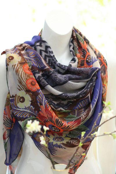 Großes leichtes Baumwolltuch in ca. 120cm x 120cm, was als Dreieckstuch getragen werden kann. Das schöne Muster ist sehr farbenfroh und verkörpert ...