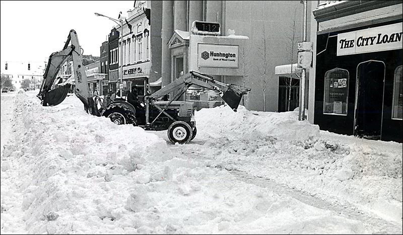 A Backhoe Operator Works At Clearing Snow On South Main Street In Downtown Bowling Green After The Blizzard Of 1978 Blizzard Loveland Ohio Mansfield Ohio