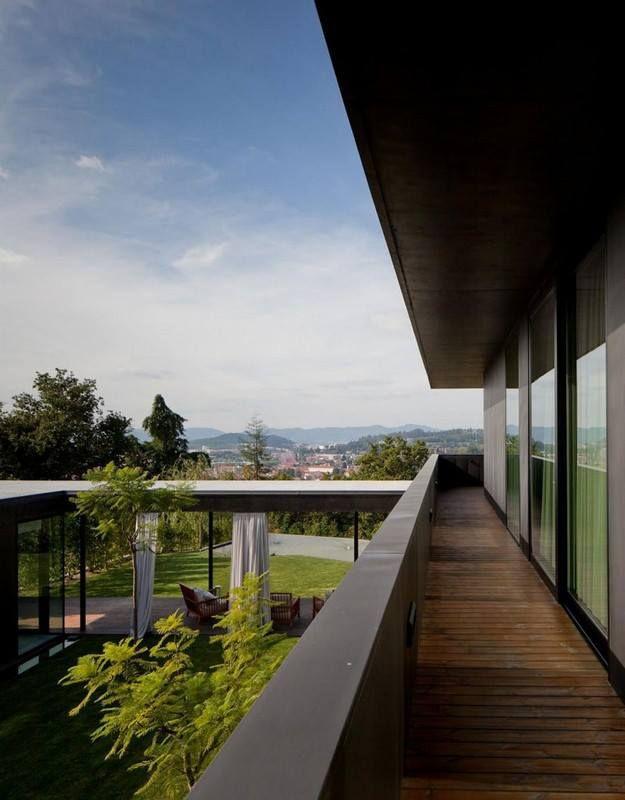 + Arquitetura :   Conheça a casa projetada pela Pitagoras Arquitectos e esta localizada em Guimarães (Portugal).