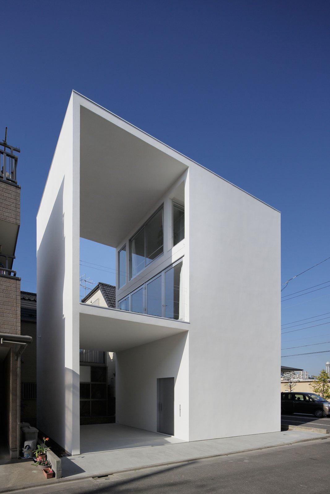 Petite maison minimaliste avec une grande terrasse for Maison cubique minimaliste
