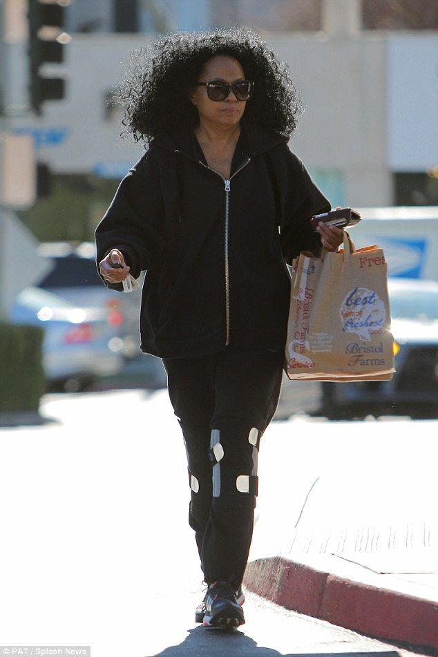 83c6a92a83 Diana Ross, 70, wears two knee braces as she shops for groceries #dailymail