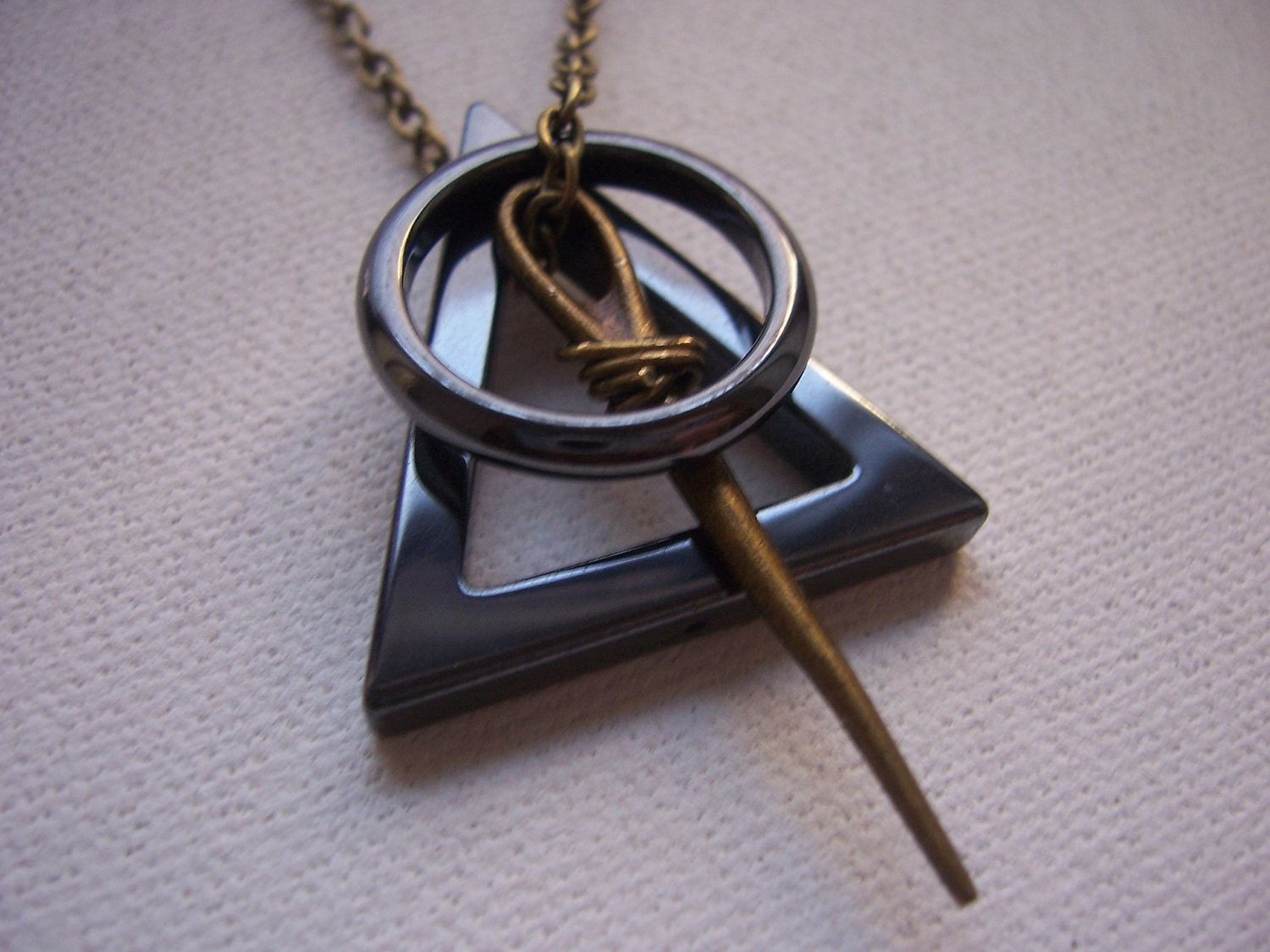 Deathly hallows symbol necklace  Harry Potter march par 1luckysoul, $24,99