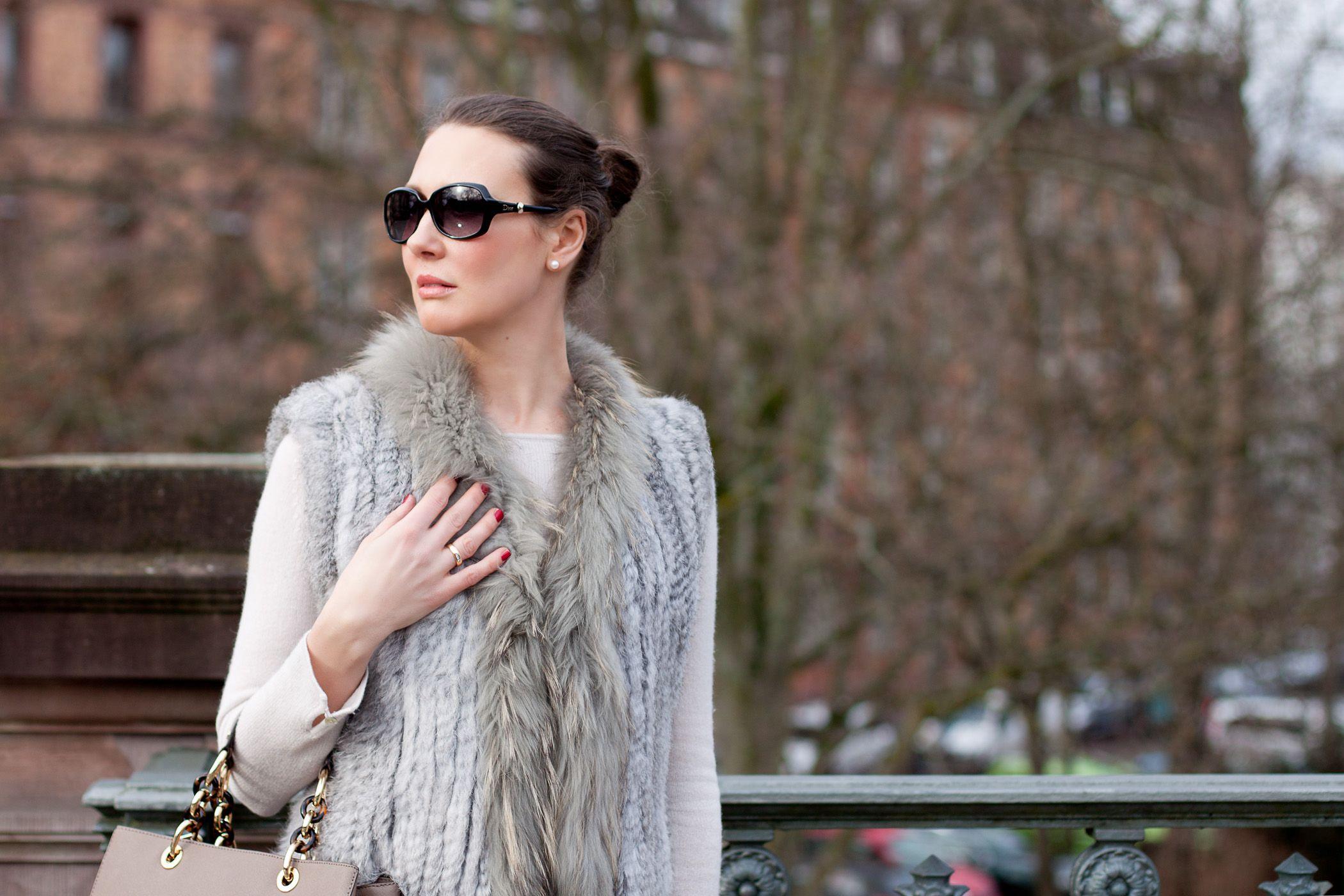Outfitpost: Fellweste / Fur vest: Kopenhagen by Andersen | Pullover: Mrs & Hugs | Hose / leggins: Bloom | Sneaker: Lanvin | Tasche / bag: Michael Kors - Foto 09
