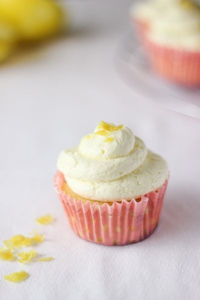 ZITRONEN-CUPCAKES MIT SCHLAGBUTTERCREAM-FROSTING-REZEPT   - sweets, cupcakes, pies, and more -