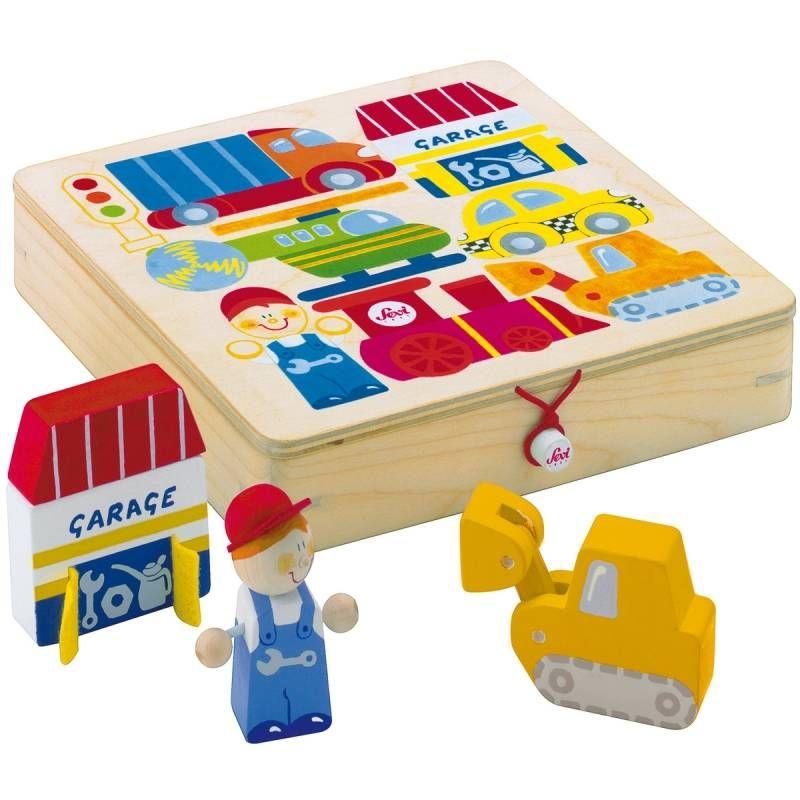 In deze leuke houten, aflsuitbare doos zitten 10 leuk gekleurde houten figuurtjes van voertuigen. Zo heb je een trein, een vrachtwagen, een helikopter, een bulldozer, een racewagen, een verkeerslicht, een werkman en een garage. Je kan alle figuurtjes mooi volgens de tekening weer in de doos puzzelen.