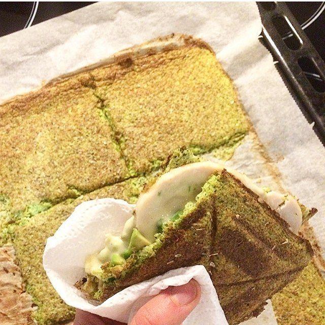 Slutter weekenden af med en lækker low carb toast inspireret af @lbpfitness  det er virkelig lækkert! #broccoli #toast #cheese #chicken #healthy #fitfamdk #lowcarb #fitspiration #fitness #training #sunday #lifestyle #stronghealthyhappy #coachlinewittrup by riikkeoestergaard