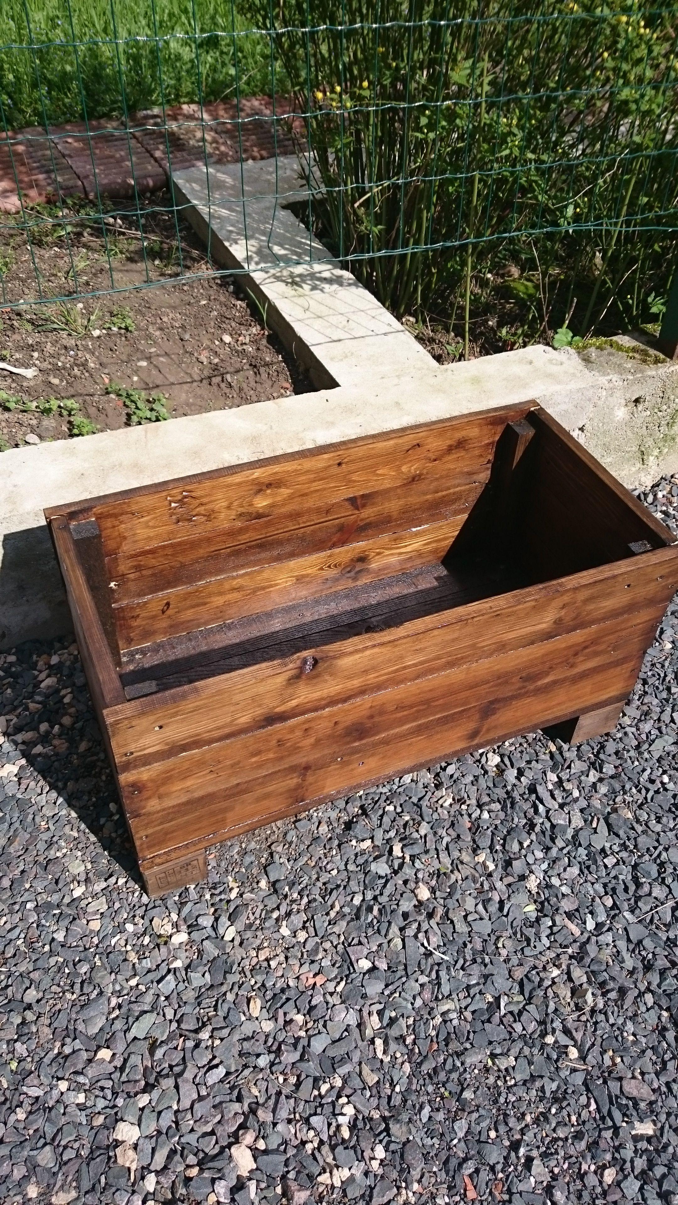 Bac en bois jardiniere palette pour fleurs et potager bosch au jardin en ext rieur for Bac potager en bois