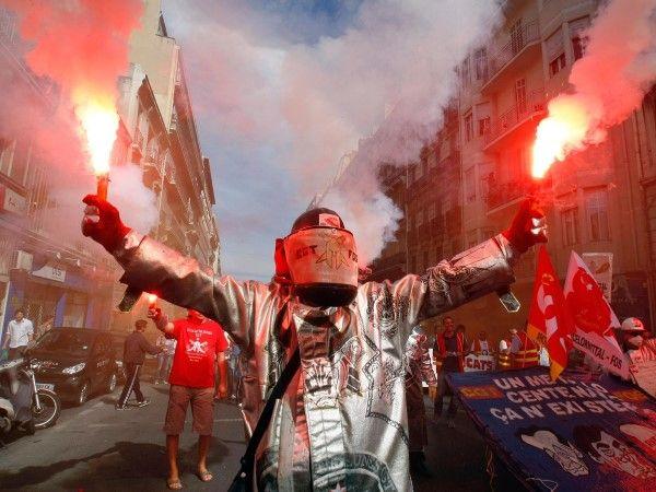 Marsella, Francia, 10 de septiembre de 2013 - Trabajadores siderúrgicos encienden bengalas durante un día de protesta nacional contra las reformas de las pensiones del gobierno en Marsella, Francia.