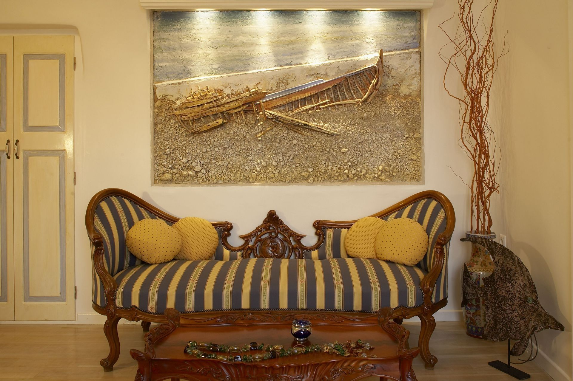 Antique furnishing and artistic details, such as original paintings characterize most of Art Maisons suites!