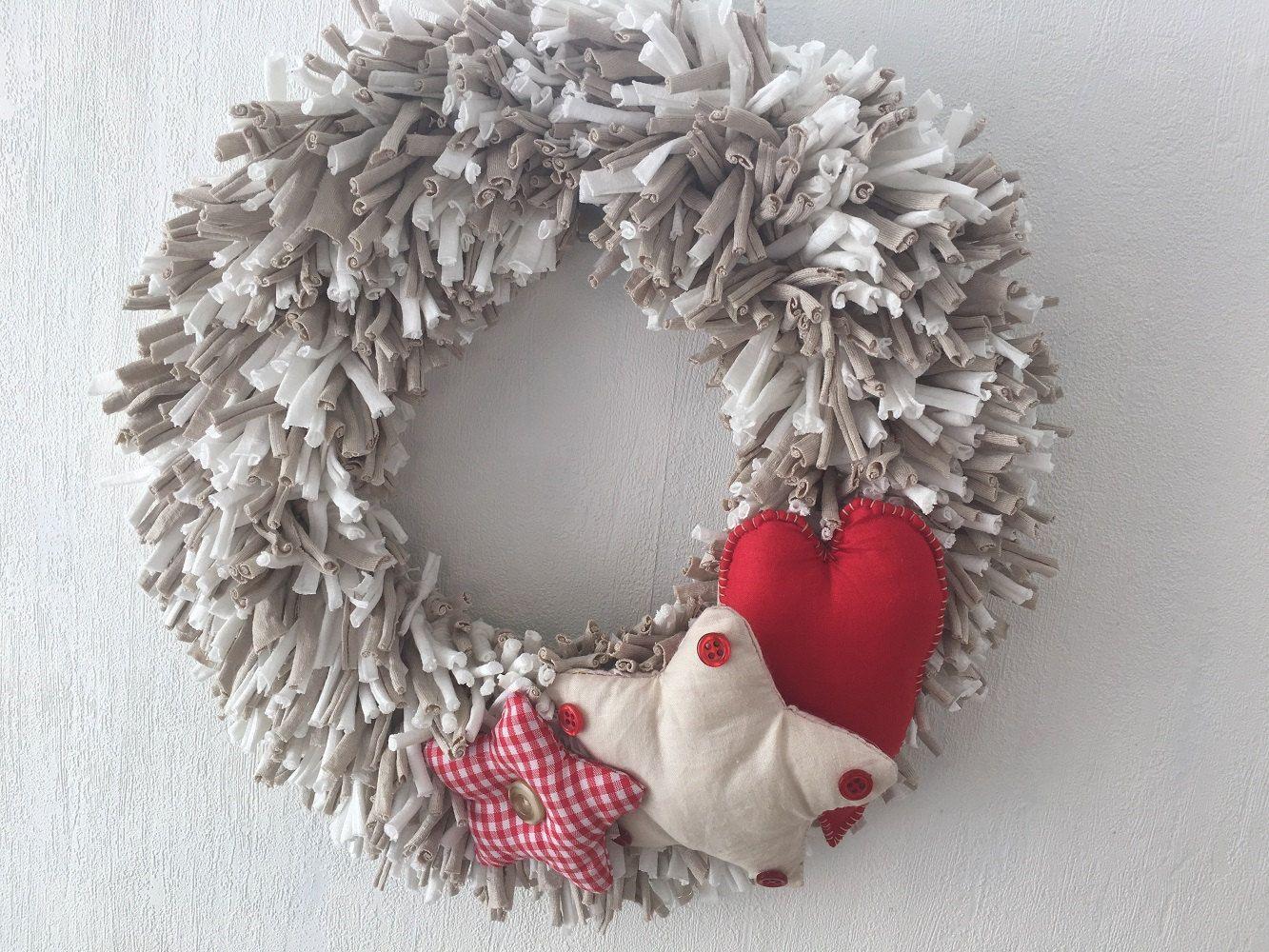 corona navidad hecha a mano corona trapillo beige y blanca decoracin navidad corona con estrellas y corazon rojo with decoracion navidea hecha a mano
