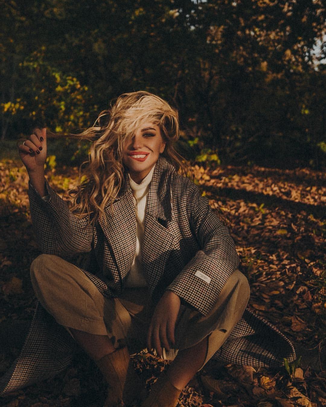 Alexandra Burimova в Instagram: «Когда успели поваляться в осеннем золоте с @ratundalova 🧡 Какую выберете? Мне вот очень сложно из Катиных картинок выбирать всегда…»