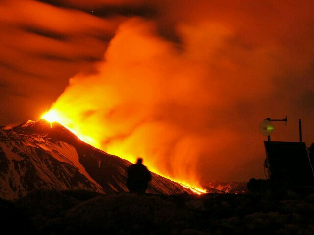 2014年01月09日 - 意大利卡塔尼亚,坐落于西西里岛上的埃特纳火山喷发熔岩。埃特纳火山是目前世界上喷发最频繁的火山之一。摄影师:Salvatore Allegra