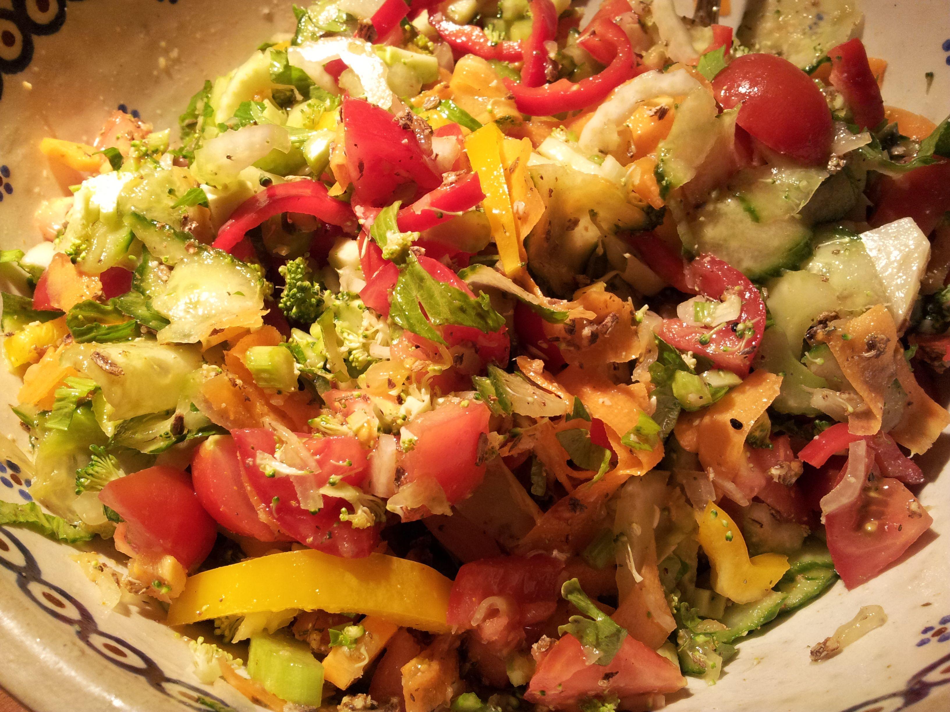 Rohkost Salat: Tomaten, Gurke, gelber und roter Paprika, Karotte, Stangensellerie, Brokkoli, Zwiebel, Sauerkraut und etwas Sauerkrautsaft (selbstgemacht). Dazu Artischocken (die sind nicht roh) und Mariendistelsamen zur Unterstützung der Leber. Dazu Kräutersalz mit Bergbohnenkraut, Rosmarin und Lavendelblüten und etwas Kurkuma (der ist gemeinsam mit der Zwiebel gesundheitlich ein unschlagbares Team) Und genießen!