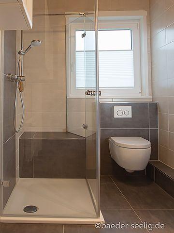 Ebenerdige Dusche mit zwei Türen. in 2019 Dusche fenster