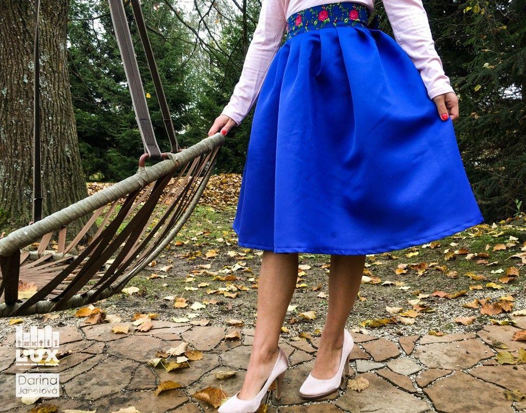 89e20072ebd9 Elegantná modrá sukňa s vyšívaným pásom.
