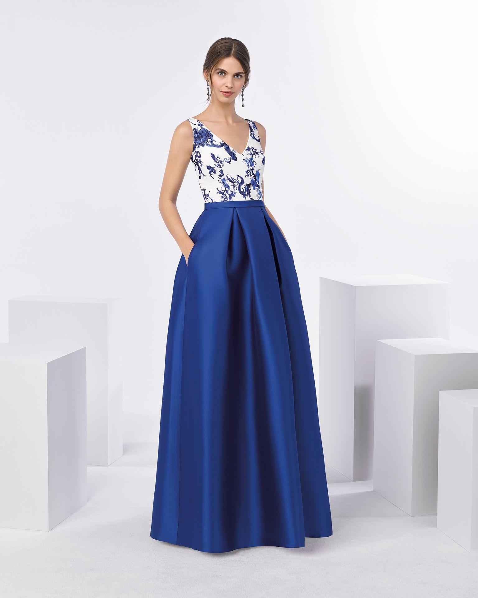 c4690ff78 Vestido de fiesta largo con amplia falda estructurada con bolsillos en  mikado y cuerpo de brocado con escote en V. Disponible en color cobalto.