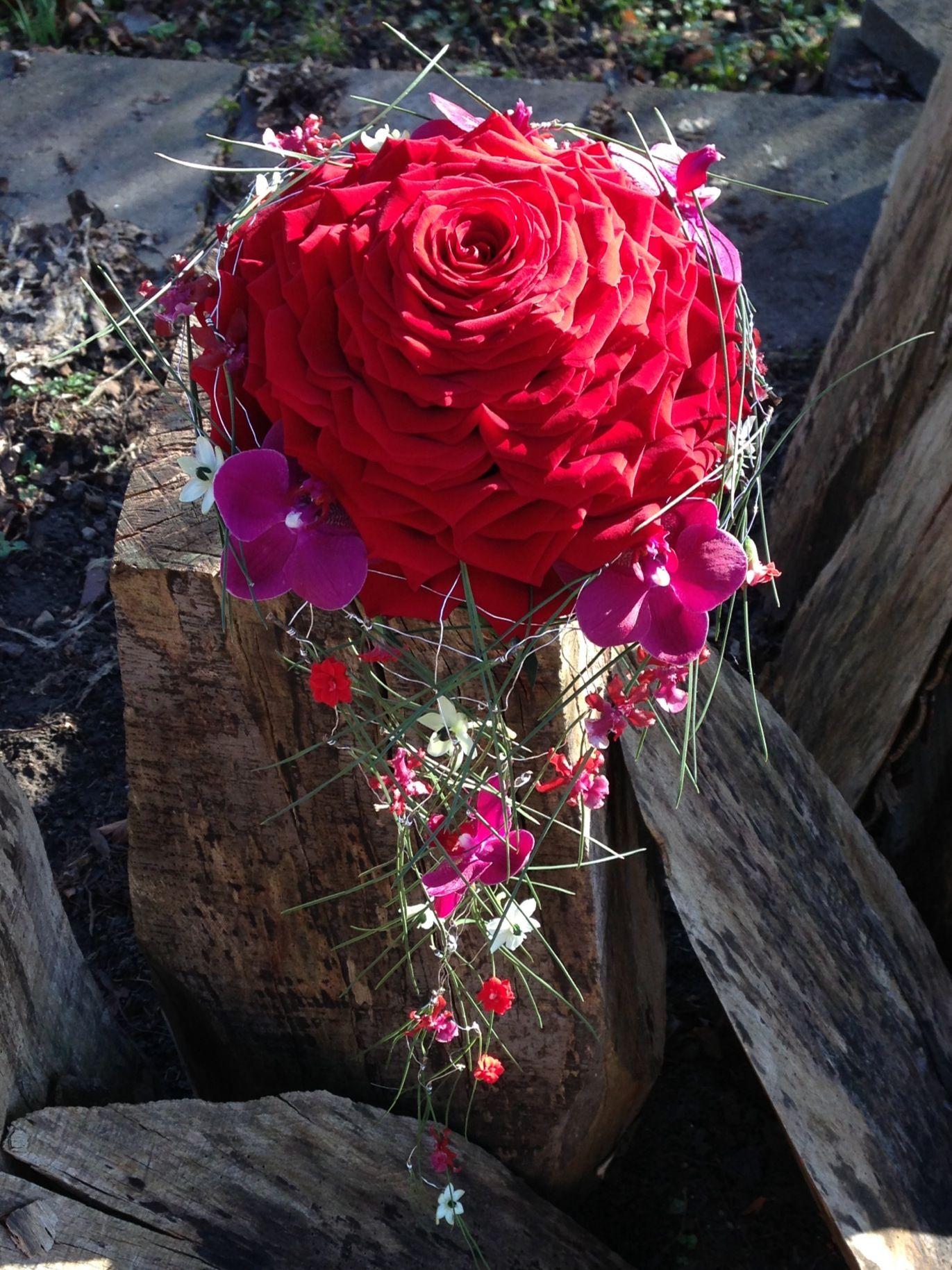 Brudebuketten.dk Syet rose med fald i fyrnåle pyntet med orkideer, brændende kærligheds blomster og arabicum