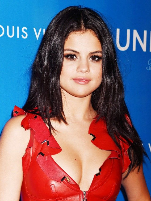 Selena Gomez proves that you can never go wrong with a subtle smoky eye